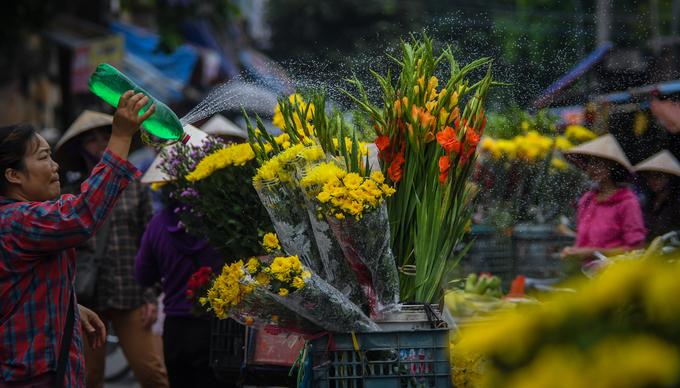 Những chiếc xe hoa đặc trưng của Hà Nội cũng góp thêm sắc vàng cho ngày thu.