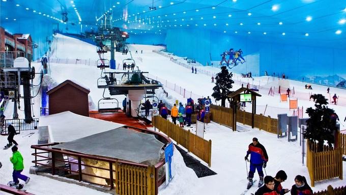 UAE có nhiệt độ cao suốt 7-8 tháng trong năm. Do vậy, các điểm đến hấp dẫn nhất đối với du khách đều ở trong nhà, có điều hòa. Ferrari World là công viên chủ đề có tàu lượn nhanh nhất thế giới, tuy nhiên trẻ em không được phép tham gia. Các điểm vui chơi trong nhà khác còn có khu trượt truyết Ski Dubai. Tuy nằm trên sa mạc, UAE cũng từng có tuyết. Ảnh: Youtube.
