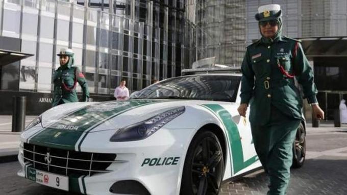Cảnh sát ở Dubai dùng các loại xe sang để đi tuần. Nhiều du khách khi tới đây đã sốc khi thấy xe cảnh sát mang thương hiệu Ferrari, Audi, Bugatti, Lamborghini. Cảnh sát ít phải dùng những chiếc xe này để đuổi theo ôtô phóng nhanh vượt ẩu, vì tỷ lệ tội phạm ở Dubai rất thấp. Công việc chủ yếu của cảnh sát là đi tuần tra các khu di sản và nơi có đông khách du lịch. Ảnh: Al Arabiya.