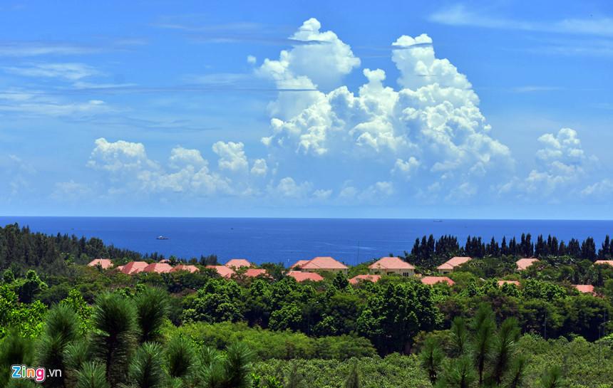 Mây vờn tạo hình thù kỳ thú bên cạnh một khu resort nằm sát biển ở khu đô thị mới tạo ấn tượng mạnh cho du khách.