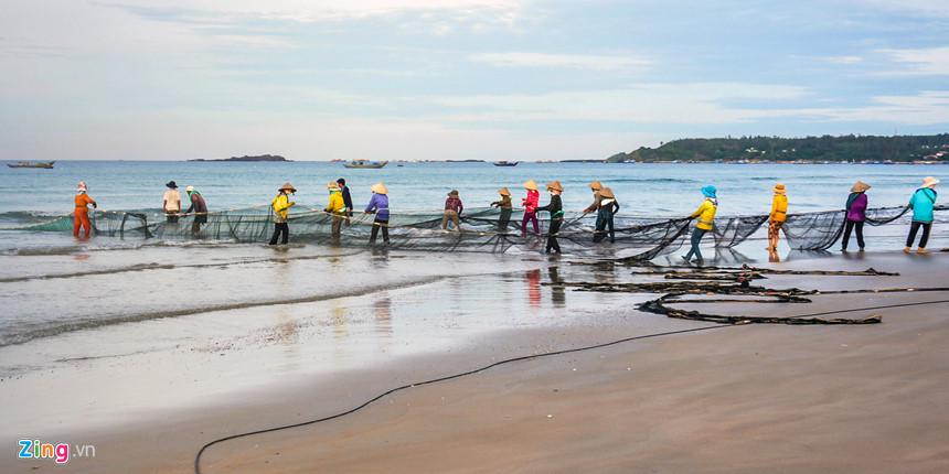 """Đến tham quan vùng biển Bình Châu, du khách có thể trải nghiệm kéo lưới vây cá cùng ngư dân nơi đây. Theo các chuyên gia, vùng biển Bình Châu tích hợp nhiều giá trị di sản. Khu vực này không chỉ có di sản biển phong phú được ví là """"nghĩa địa tàu cổ đắm"""", với nhiều niên đại khác nhau, mà còn có di sản địa chất về trầm tích núi lửa ở vùng biển gần bờ độc đáo, hiếm hoi của thế giới."""
