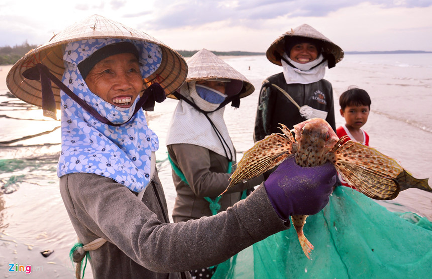 Ngư dân vui vẻ giới thiệu với du khách loài cá mao tiên rực rỡ sắc màu vừa đánh bắt được ở vùng biển Bình Châu.