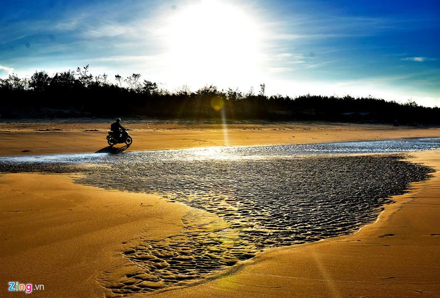 Thủy triều rút ra xa để lại dấu vết hệt như gợn sóng uốn lượn trên bãi cát vàng ở xã Bình Phú, huyện Bình Sơn.