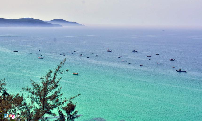 Vùng biển Lệ Thủy, nằm sát bên đô thị Vạn Tường, khu kinh tế Dung Quất. Từ trên cao, du khách có thể phóng tầm mắt thưởng ngoạn tàu thuyền, ghe thúng nhấp nhô trên mặt biển như bức tranh thủy mặc...