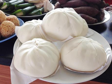 Bánh bao  Những chiếc bánh có nguồn gốc Trung Quốc được chế biến để phù hợp hơn với khẩu vị của người Việt nhiều năm nay. Bên trong lớp vỏ trắng là phần nhân thịt, trứng cút hoặc một phần tư quả trứng gà. Gần đây, các hàng sáng tạo thêm nhiều loại nhân mới với giá cao hơn một chút. Với bữa ăn sáng hay đêm đơn giản, bạn chỉ cần bỏ ra 10.000 đồng mua một chiếc bánh bao và thêm 3.000 đồng mua cốc sữa đậu nành là đủ.