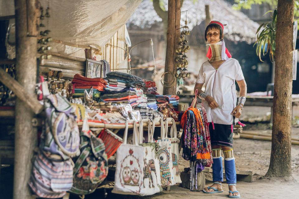Chiang Mai là vùng đất có rất nhiều dân tộc sinh sống với nhiều bản sắc đa dạng. Một trong những dân tộc bạn nên ghé thăm là là người cổ dài. Bạn có thể đến làng Padung tại khu vực hang động Chiang Dao hoặc làng Cổ dài Karen gần Doi Duthep. Những người phụ nữ của dân tộc này có chiếc cổ dài hơn bình thường với cả chục chiếc vòng đeo kín cổ. Ảnh: Công Phan.