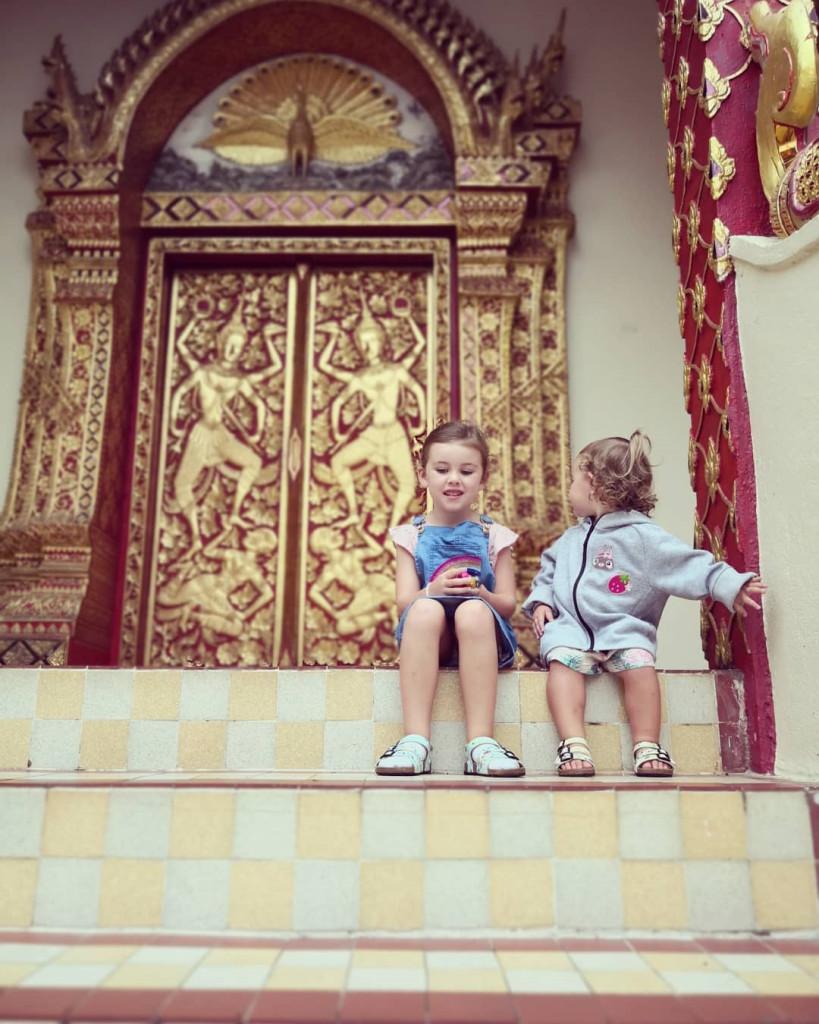 Chùa Phrathat Doi Suthep, hơn 600 năm tuổi, tọa lạc trên đồi Doi Suthep, nơi được coi là chốn linh thiêng nhất Chiang Mai. Người dân ở đây tin rằng linh hồn tổ tiên họ cư ngụ trên đỉnh đồi. Muốn đến tham quan, du khách phải vượt qua 309 bậc cầu thang đá cao hun hút với hình đầu rồng uy nghi ở hai bên. Ảnh: @livewellwithdel, @eatravel0ve.