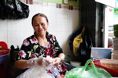 Bà Lan 64 tuổi, cho biết mở quán bún từ những năm 1990. Ảnh: Di Vỹ.
