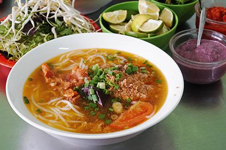 Bún riêu thích hợp cho bữa trưa hoặc xế chiều, ăn ngon hơn khi trời mưa. Ảnh: Di Vỹ.