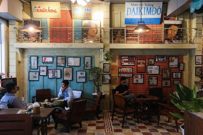 Hơn hai tháng nay, quán cà phê theo phong cách Sài Gòn xưa ở đường Nguyễn Cơ Thạch (quận 2, TP HCM) thu hút nhiều khách đến. Quán có diện tích hơn 300 m2, nằm ở căn nhà phố thuộc khu đô thị mới Thủ Thiêm.  Không gian nhuộm màu sắc hoài cổ khi phần lớn đồ vật trong quán đều từng một thời quen thuộc với người Sài Gòn. Đó là những bộ bàn ghế gỗ, sàn nhà gạch bông, biển quảng cáo...