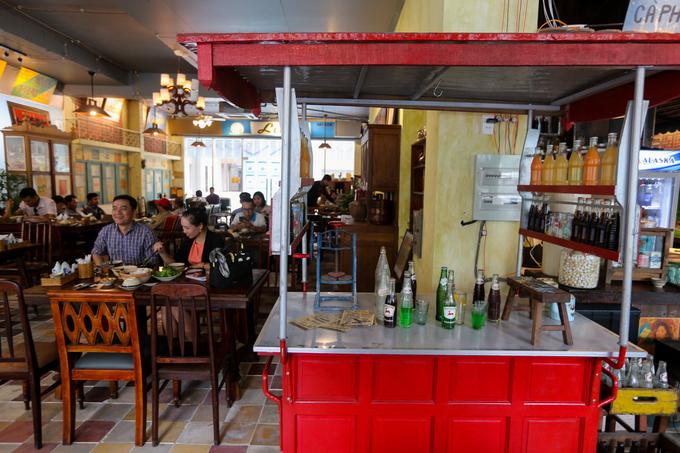 Một không gian khác tái hiện quầy giải khát vỉa hè Sài Gòn với chiếc xe đẩy, những chai nước ngọt, máy bào đá...