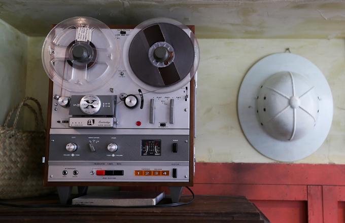 """Dàn máy nghe nhạc Akai phổ biến những năm 1970 vẫn còn hoạt động tốt. """"Âm thanh rè rè, ngầu đục phát ra từ chiếc máy to sụ có sức mê hoặc khó lý giải. Ở trong quán, tôi hay mở những bản tình ca cũ nổi tiếng. Cảm giác nghe trên máy Akai có chút liêu trai và chân thực do không qua xử lý"""", anh Hiệp chia sẻ."""