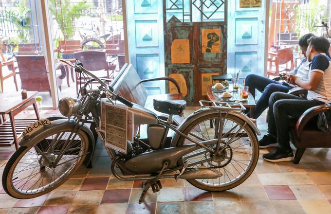 """Rải rác trong quán, người chủ cho trưng bày vài chiếc xe môtô phổ biến trên đường phố Sài thành cách đây cả nửa thế kỷ. Độc đáo nhất là chiếc xe gắn máy thương Motobecane Pony sản xuất năm 1936, vẫn còn nguyên giấy đăng ký.  """"Xe này là món quà của vị khâm sứ người Pháp tặng cho linh mục Ngô Đình Thục, anh trai Tổng thống Việt Nam Cộng hòa Ngô Đình Diệm. Tôi đã phải mất nhiều thời gian, tiền bạc mới có thể mua lại được cổ vật này"""", chủ quán nói."""