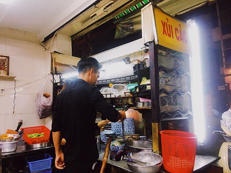 Chiếc xe để thực phẩm làm bằng gỗ có trang trí các hoa văn Trung Hoa là điều dễ dàng nhận biết một quán ăn gốc Hoa. Ảnh: Di Vỹ.