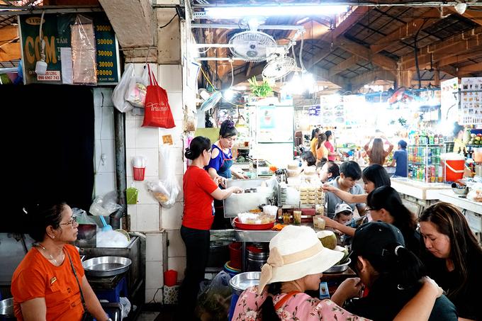 """Theo chủ sạp chè nhỏ nằm trong góc chợ Bến Thành, quán mở từ năm 1968, đến nay vừa tròn 50 năm. Các công đoạn nấu chè được làm tại nhà ở quận 10. """"Mỗi ngày chúng tôi bắt đầu nấu từ khoảng 1h30 để kịp mang ra bán lúc 6h"""", chị Linh, nhân viên quán nói."""