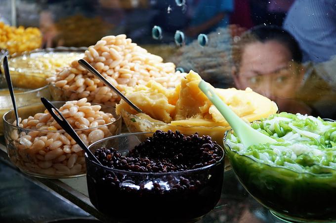 Quán có hơn 20 loại chè khác nhau như sương sa hột lựu, nhãn nhục, hạt sen, bánh lọt nước dừa, bánh chuối... được biến tấu theo sở thích của khách. Bạn có thể chọn bất kỳ loại nào cho vào chè, nếu không thích ăn theo thực đơn. Chủ hàng cho biết đang triển khai 3 món mới để thu hút thực khách.