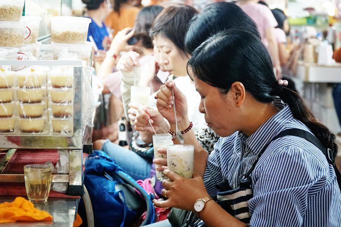 Quán mở đến 6h chiều. Bạn cũng có thể kết hợp thăm thú chợ Bến Thành sau khi ăn chè.