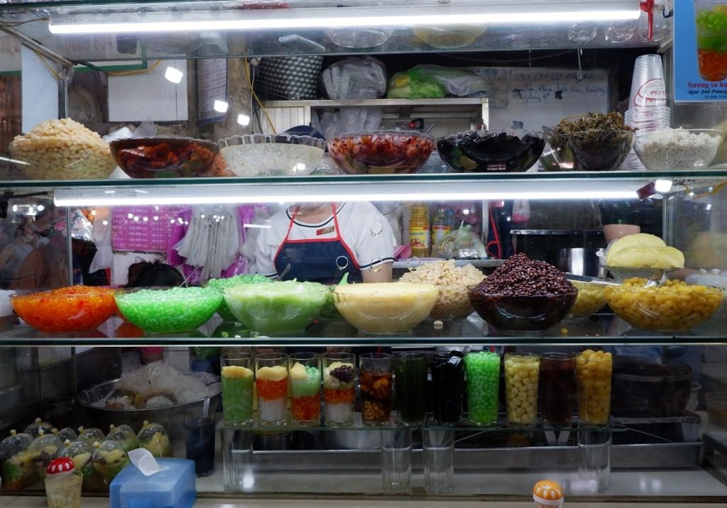 Bắt đầu bán từ năm 1968, Bé Chè nằm cuối khu ẩm thực trong chợ Bến Thành luôn đông khách nhờ những món chè Nam Bộ mát lạnh, đa dạng. Đi ngang qua, thực khách không khỏi bị thu hút bởi tủ chè nhiều màu sắc trông hấp dẫn, người bán hàng múc chè thoăn thoắt phục vụ khách hàng.