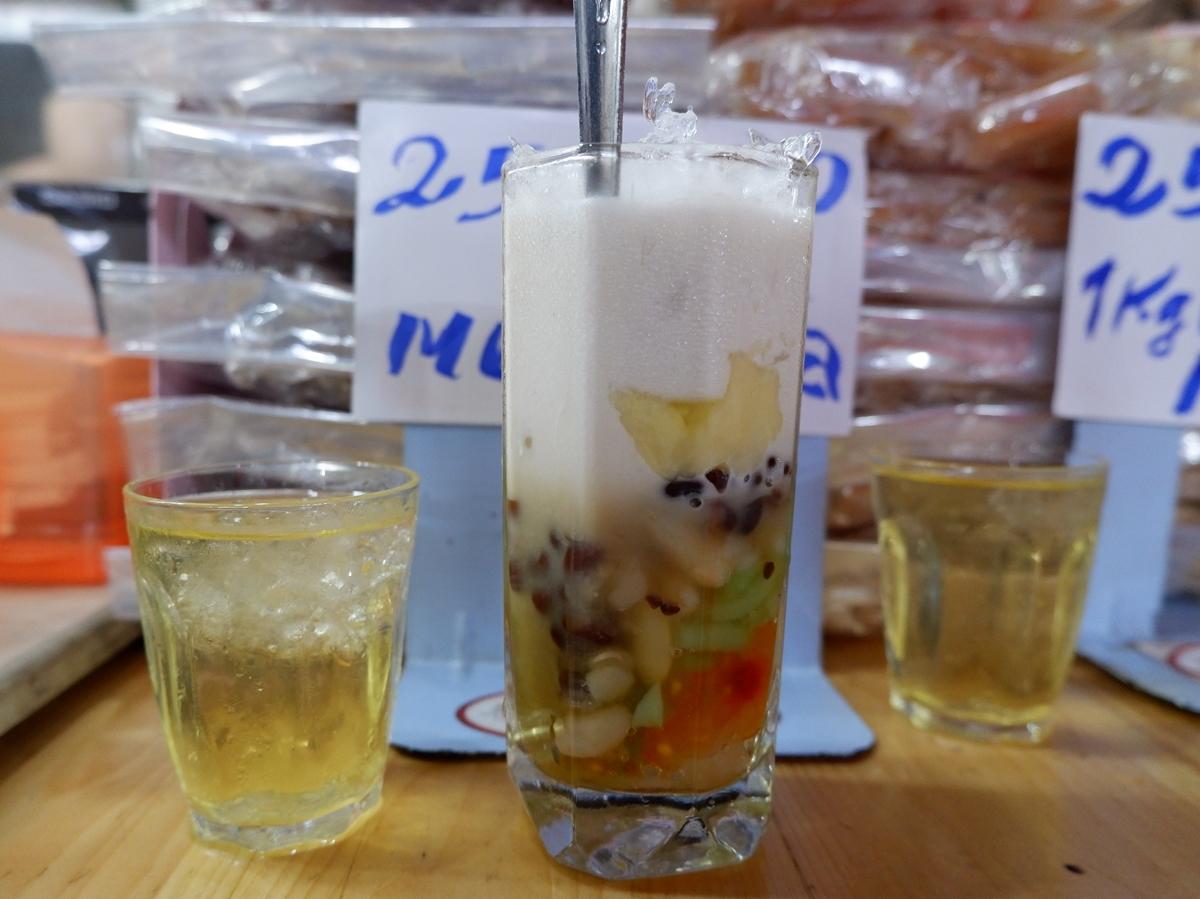 """Một set """"chè đủ thứ"""" gồm ly chè đá cốt dừa béo thơm và ly trà đá nhỏ, đúng chuẩn chè Sài Gòn bao lâu nay. Giá một ly chè thập cẩm là 27.000 đồng."""
