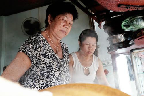 Vợ ông Há (trái) cùng con gái đang chuẩn bị món ăn cho khách. Ảnh: Di Vỹ.