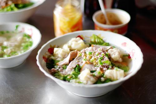 Giá cho mỗi suất ăn từ 30.000 đến 50.000 đồng. Ảnh: Linh Sea.