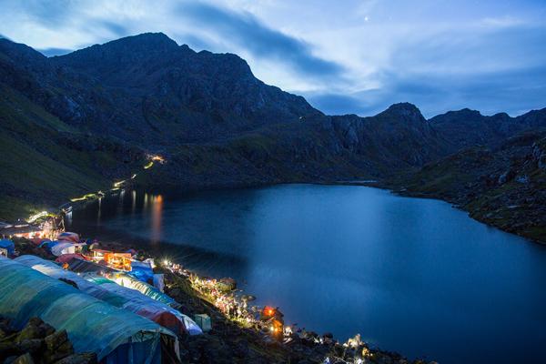 Toàn cảnh Hồ Gosaikunda trải dài vào ngày trăng tròn 26/8/2018. Ảnh: Nabin Baral