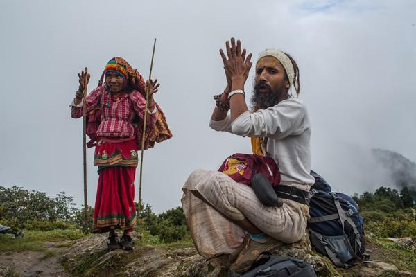 Vào lúc bình minh rạng đông vào ngày trăng tròn, người Hindu và Phật tử hành hương thờ cúng nước hồ Gosaikunda vào ngày 26/8/2018. Ảnh: Nabin Baral