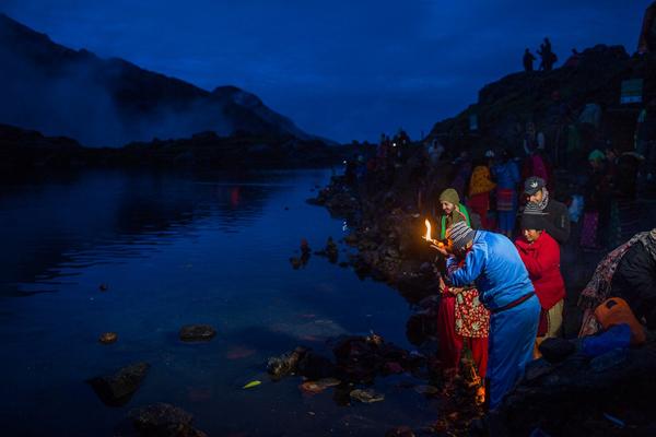 Những người hành hương Hindu nghỉ ngơi trong chuyến đi đến Vườn Quốc gia Langtang. Ảnh: Nabin Baral