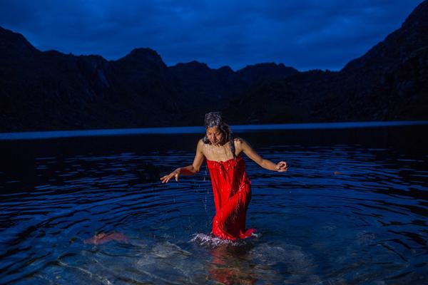 Một người hành hương vừa ngâm mình trong hồ nước linh thiêng. Ảnh: Nabin Baral