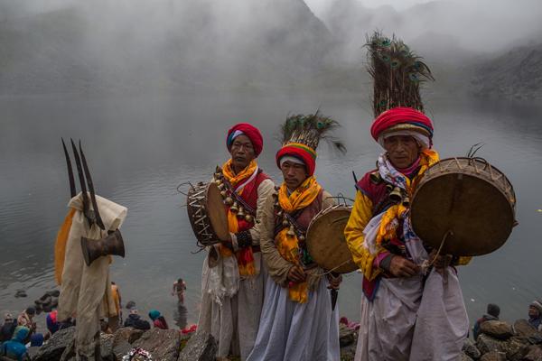 Pháp sư là một phần của nghi lễ thờ phụng nước của hồ Gosaikunda vào buổi sáng ngày trăng tròn. Ảnh: Nabin Baral