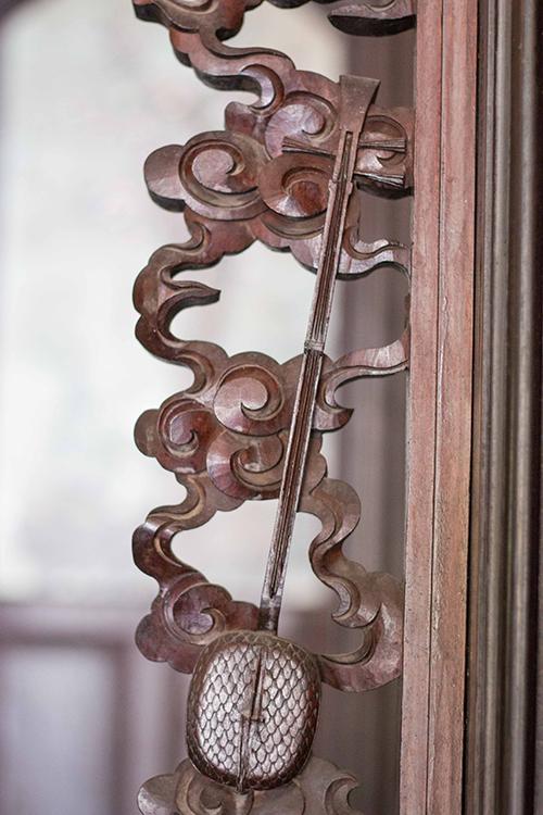 Chiếc đàn kìm, nhạc cụ cơ bản của nghệ thuật đờn ca tài tử Nam Bộ, cũng là chi tiết trang trí được chạm trổ trong nhà.