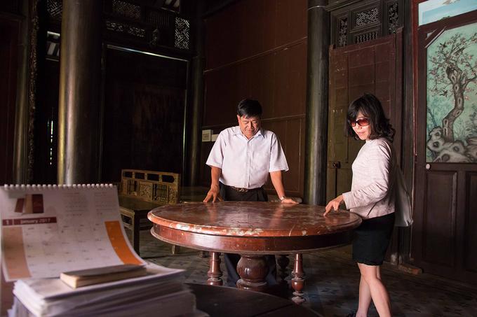 """Nhà Đốc Phủ Hải được xem là ngôi nhà cổ còn bảo quản hoàn chỉnh nhất. Nhiều người nước ngoài đến tham quan cũng bày tỏ sự ngưỡng mộ vẻ đẹp của ngôi nhà. Một du khách đến từ Anh chia sẻ đây là lần đầu tiên cô có dịp tận mắt chiêm ngưỡng một ngôi nhà giá trị như vậy. """"Đây cũng là lần đầu tiên tôi đến Việt Nam. Các công trình kiến trúc ở đây kích thích sự tò mò của tôi rất nhiều"""", nữ du khách nói."""