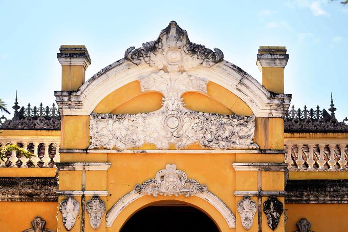 Mái lợp ngói âm dương mang đậm phong cách kiến trúc Á Đông.