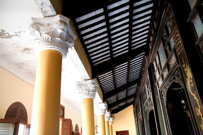 Lối đi xung quanh ngôi nhà thiết kế dạng cửa vòm theo kiểu Roman, mang nhiều ánh sáng cho ngôi nhà.