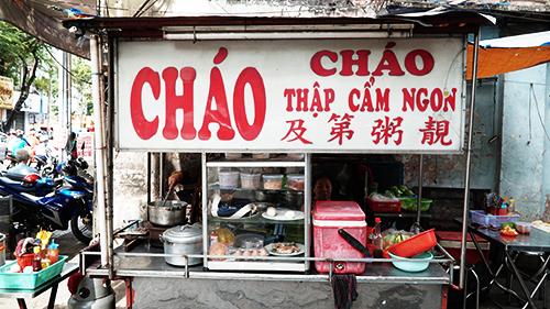 Quán nằm ở đầu một con hẻm rộng trên đường Nguyễn Trãi, quận 5. Ảnh: Di Vỹ.
