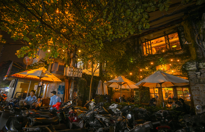 4h: Ngả lưng trong một quán cà phê  Điều này khá lạ lẫm nhưng một vài tiệm cà phê mở cửa 24/24 sẽ cung cấp cho bạn chỗ ngủ trên ghế sofa trong quán. Những quán cà phê này tập trung tại phố Tống Duy Tân, thường được những vị khách lỡ giờ về nhà tìm đến để nghỉ ngơi chờ ngày mới.