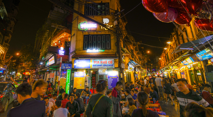 23h: Bia Tạ Hiện  Chuyến thăm thú Hà Nội buổi tối nên bắt đầu từ Tạ Hiện, con phố sầm uất nhất khi màn đêm buông xuống. Phố chỉ dài khoảng 100 m nhưng hàng quán san sát nhau, nổi tiếng với các món ăn vặt, ăn nhậu. Trong ảnh là phố Tạ Hiện lúc 0h.