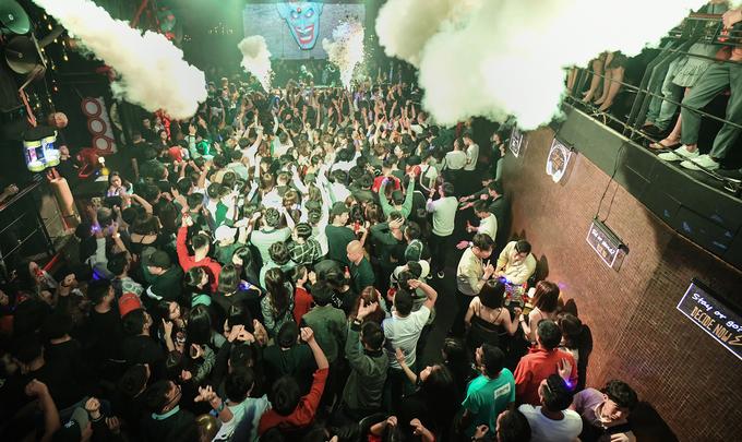 """0h: Tham gia các câu lạc bộ đêm  Nhiều du khách đến Hà Nội nhận xét, thời điểm """"nhạc lên"""" - khi các bar, club vui nhất thường sau 23h trở đi. Các quán ở Hà Nội đa dạng với nhiều lựa chọn đồ uống và giá cả. Khoảng giá trải dài từ 100.000 đồng đến cả chục triệu đồng cho một đêm sôi động trong tiếng nhạc điện tử."""