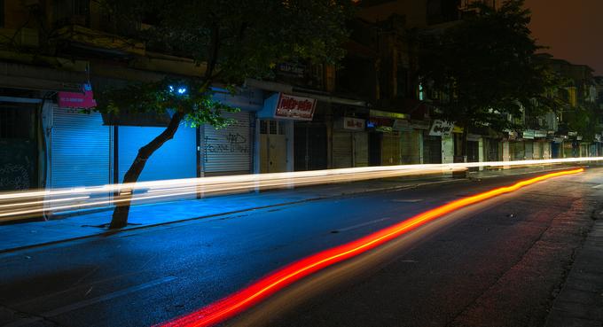 1h: Dạo phố cổ trong màn đêm  Khu phố cổ trong đêm khác xa với khung cảnh ban ngày. Không còn cảnh đường sá đông đúc, xô bồ, những con phố về đêm hiện lên với nét thưa vắng, yên bình.