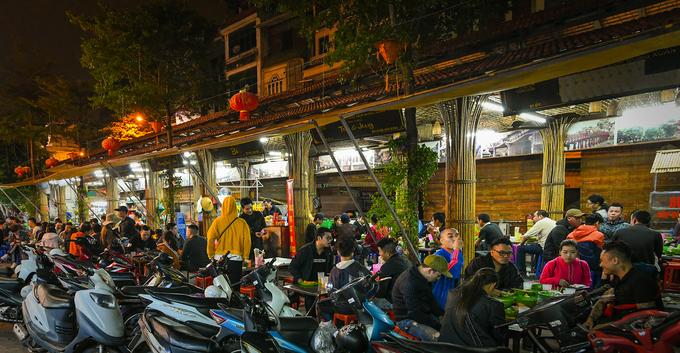 2h30: Ăn đêm chợ Đồng Xuân  Chợ Đồng Xuân về đêm vẫn diễn ra các hoạt động buôn bán, ăn uống phục vụ khách du lịch. Đường ngách nhỏ cạnh chợ, nằm phía phố Hàng Khoai có rất nhiều quán ăn nằm sát nhau. Các món ăn nổi tiếng tại đây gồm lẩu bò, lẩu sườn sụn và cháo sườn quẩy.