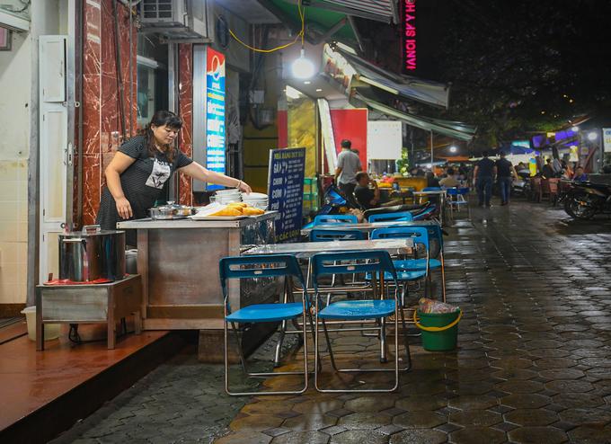 2h30: Ăn đêm ở phố ẩm thực  Phố Tống Duy Tân được quy hoạch trở thành con phố ẩm thực của Hà Nội. Những hàng quán tại đây phục vụ du khách bất kể thời gian nào trong ngày với rất nhiều món ăn đa dạng như mì gà tần, lẩu, bún, bánh cuốn… và các hàng cà phê. Đây cũng là địa điểm thường được du khách nước ngoài ghé thăm vào đêm bởi tình trạng lệch múi giờ khiến những vị khách phương xa khó ngủ.