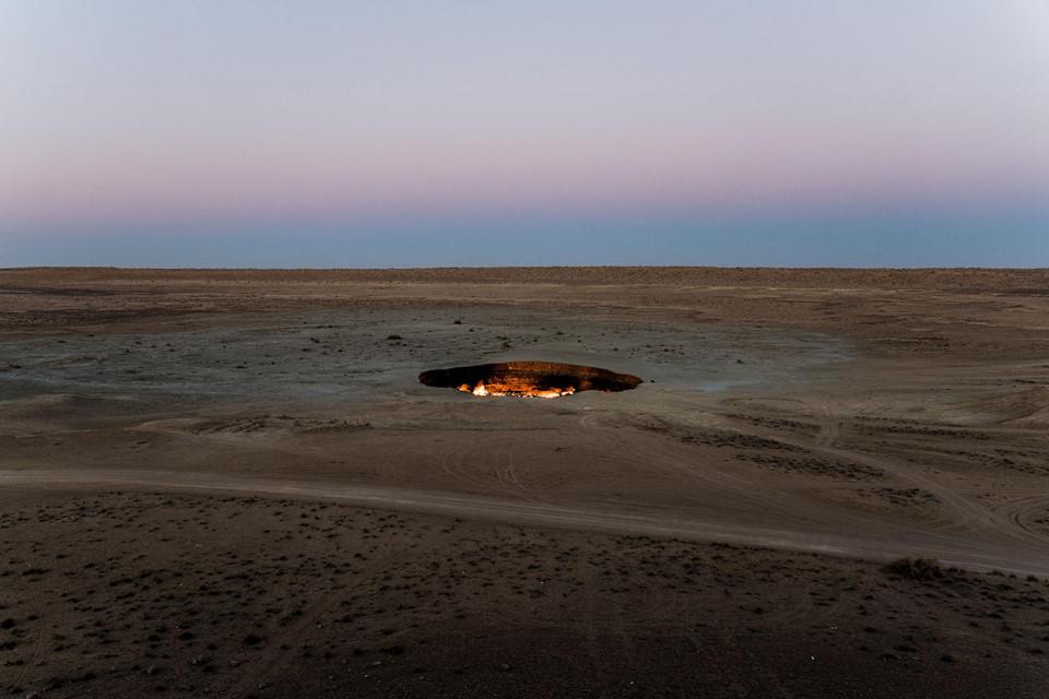 """Cổng địa ngục (Turkmenistan): Ở Turkmenistan, một đất nước vùng Trung Á, tồn tại một """"Cổng địa ngục"""" luôn rực lửa suốt ngày đêm. Chiếc lỗ tử thần này giống với đường giao thông giữa mặt đất và thế giới bên kia. Nguồn gốc của chiếc hố không được tuyên bố rõ ràng, tuy nhiên lửa trong hố được cố ý đốt cháy bởi các nhà khoa học, nhằm loại bỏ những khí độc hại từ tâm của nó."""