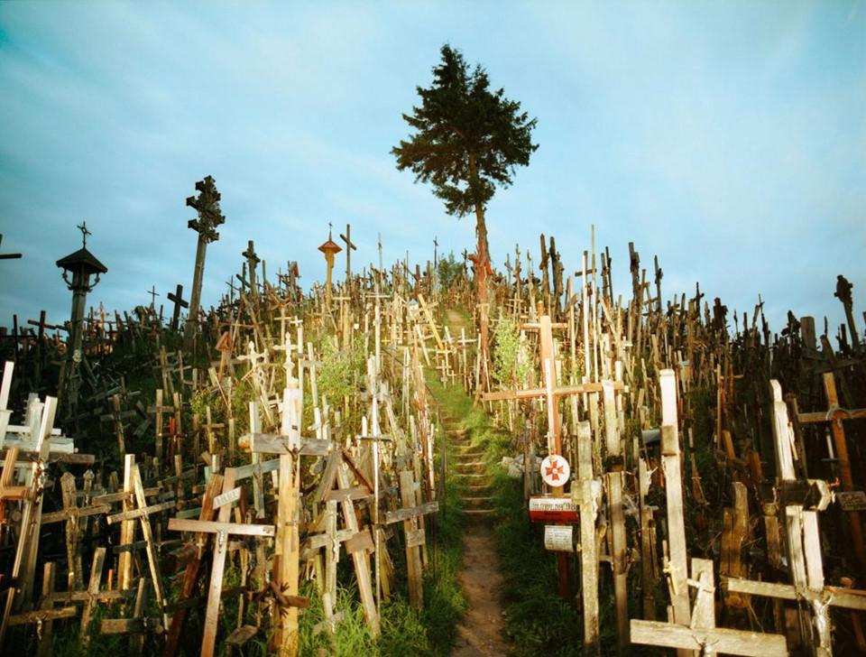 Ngọn đồi thánh giá (Litva): Nơi đây là một địa điểm hành hương, nằm phía bắc thành phố Siauliai, miền bắc Litva. Nguồn gốc chính xác những cây thánh giá trên đồi chưa được ai khẳng định. Người ta cho rằng những cây thánh giá đầu tiên được đặt trên pháo đài Jurgaiciai hoặc Domantai, sau cuộc nổi dậy năm 1831. Qua nhiều thế hệ, không chỉ thập tự giá và thánh giá, mà còn có tượng Đức Mẹ Maria, những điêu khắc của những người yêu nước Litva, được những người hành hương Công giáo đưa đến đây.