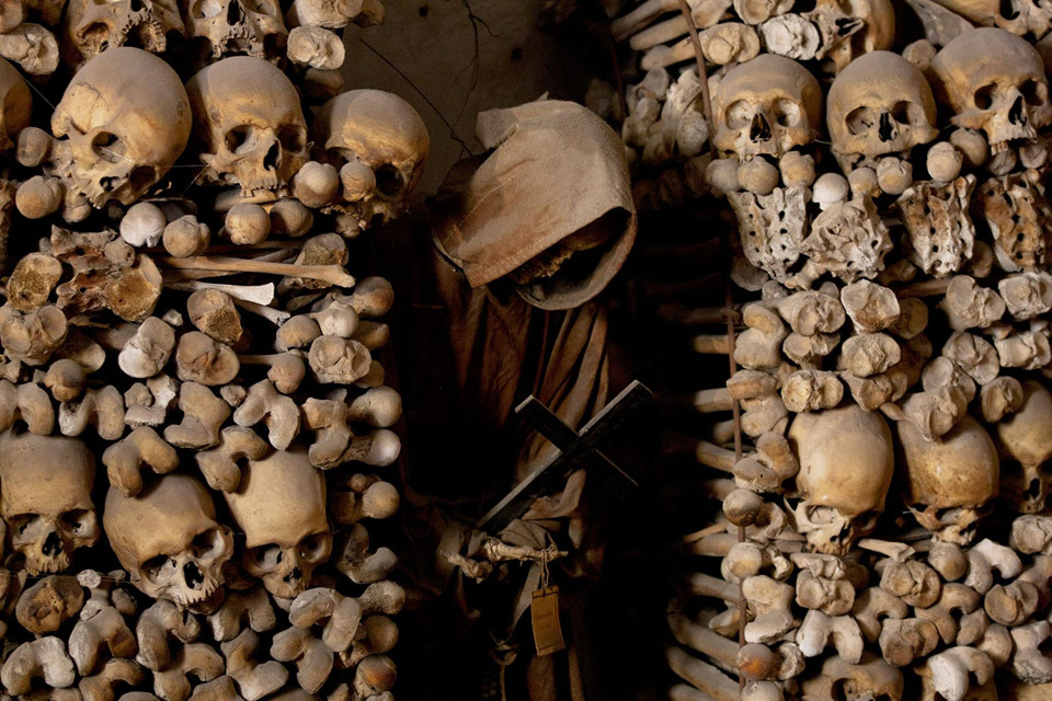 Lăng mộ xác ướp (Italy): Hơn 2.000 xác ướp đang ngủ yên trong hầm mộ của tu viện Sicilia. Trang phục của các xác ướp phản ánh chức vụ họ từng nắm giữ. Ban đầu, nơi đây được dành riêng cho việc chôn cất các quan chức hoạt động tôn giáo, sau đó được mở rộng, phục vụ tầng lớp quý tộc và gia đình của các nhà hảo tâm giàu có.