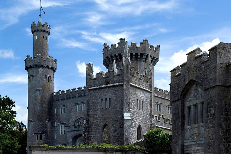 Lâu đài Charleville (Ireland): Nơi đây sở hữu thiết kế kiến trúc tuyệt đẹp, đặc trưng cho nền quân chủ của châu Âu. Tuy nhiên, nó cũng được cho là một trong những địa điểm bị ma ám và đáng sợ nhất châu Âu. Rất nhiều báo cáo cho rằng họ đã nhìn thấy hồn ma xuất hiện sau các bức tường - đặc biệt là linh hồn của một cô gái trẻ tên là Harriet, có kết cục bi thảm trong tai nạn ở một trong những cầu thang chính của lâu đài.