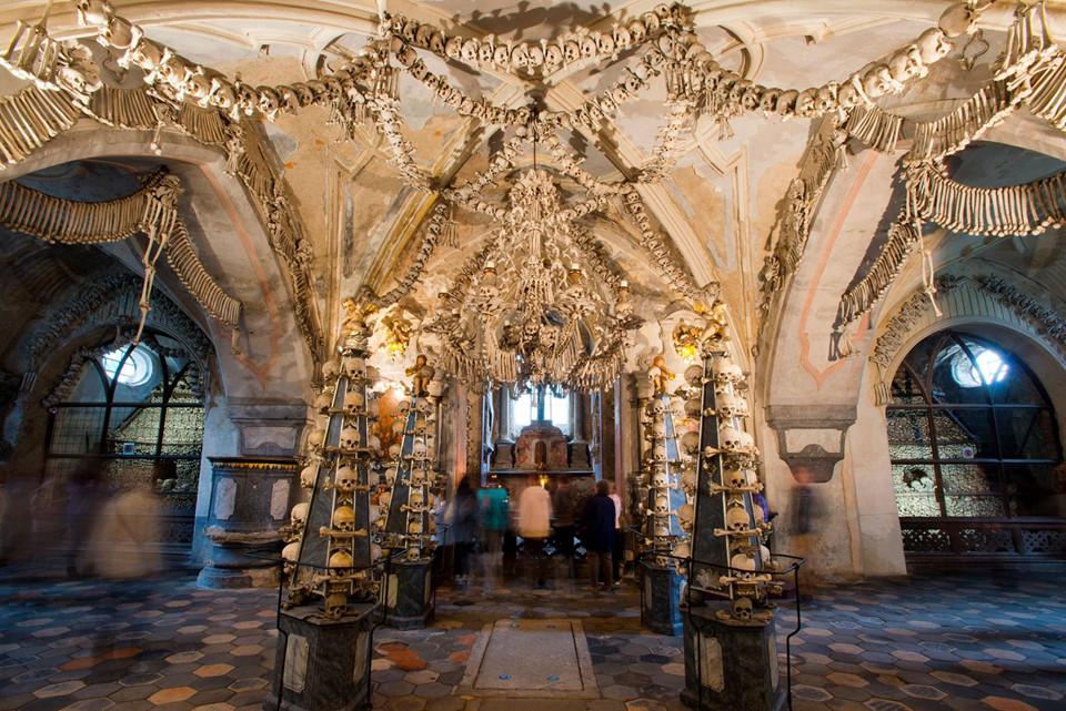 Nhà thờ Sedlec Ossuary (Cộng hoà Czech): Nhà thờ này là một trong số các điểm tham quan được viếng thăm nhiều nhất ở Cộng hòa Czech. Sedlec Ossuary là nơi lưu giữ các bộ xương của hơn 70.000 người. Nhiều phần trong số đó đã được sử dụng để trang trí khéo léo phần bên trong khối kiến trúc Gothic này, tạo nên vẻ đẹp kỳ lạ và rùng rợn của một địa điểm tâm linh.