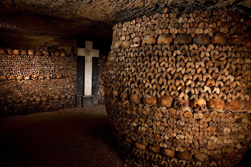Hầm mộ dưới lòng đất Paris (Pháp): Hầm mộ này được xây dựng để giảm bớt gánh nặng cho các nghĩa trang vốn đã quá tải của thành phố. Xương của hơn 6 triệu người hiện nằm trong các đường hầm, bên dưới thủ đô nước Pháp. Nhiều bộ xương còn được xếp chồng lên nhau, tạo thành các mô hình phức tạp rải khắp mê cung hầm mộ. Những du khách dũng cảm có thể đến một số chỗ ở đây nếu muốn khám phá thế giới ngầm Paris.