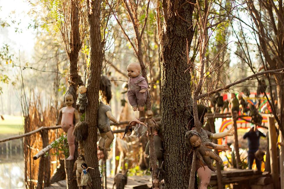 Đảo búp bê (Mexico): Những con búp bê bị vứt đi được treo trên các cây cao ở một hòn đảo trên hồ Xochimilco, Mexico. Ban đầu, những con búp bê được treo để phù hộ cho linh hồn của một đứa trẻ bị chết đuối. Sau đó, chúng trở thành điểm nhấn cho hòn đảo, khiến nơi đây nổi tiếng, thu hút những du khách dũng cảm và hiếu kỳ.