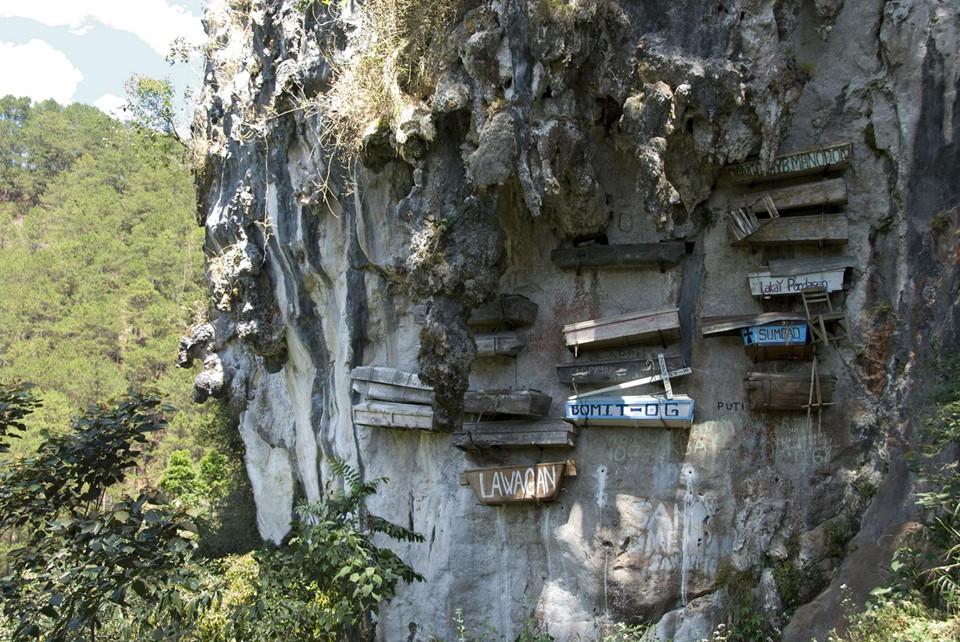 Quan tài treo (Philippines): Với quan niệm đưa người chết đến gần hơn với chốn thiên đường, những người của bộ tộc Igorot, vùng núi tỉnh Sagada đã treo những quan tài của người chết vào vách núi.