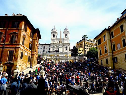 Khu Bậc thang Tây Ban Nha ở Rome luôn đông nghịt khách. Ảnh: Anh Ngọc.